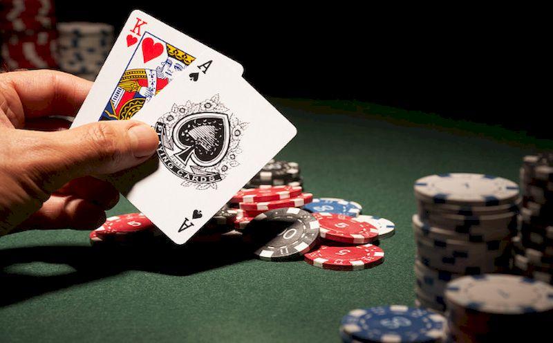 Les cartes et les jetons sur la table