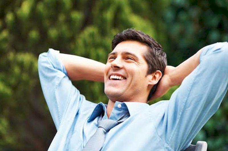 Un homme heureux et joyeux